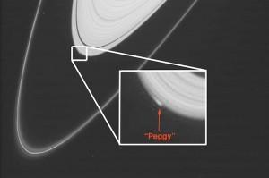 토성 A고리 가장자리에서 툭 튀어나온 기이한 구조가 보이는데, 이는 페기라는 불가사의한 천체 때문에 생겼다. - NASA 제공